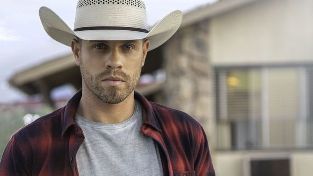 """Dustin Lynch Commands Country Airplay Chart With """"Good Girl"""""""