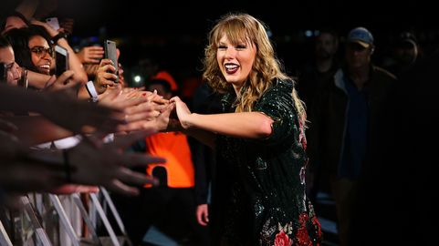 Taylor Swift Signs with Universal Music Group   CMT