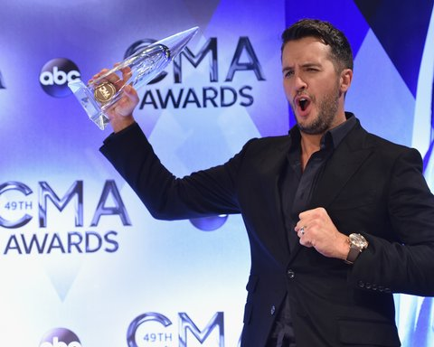 NASHVILLE, TN - NOVEMBER 04: Entertainer of the Year winner Luke Bryan poses in the press room during the 49th annual CMA Awards at the Bridgestone Arena on November 4, 2015 in Nashville, Tennessee. (Photo by John Shearer/WireImage)