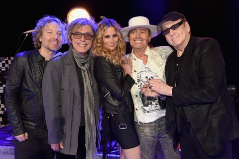 NASHVILLE, TN - MARCH 08:  Cheap Tricks Daxx Nielsen and Tom Petersson, Jennifer Nettles, and Cheap Trick's Robin Zander and Rick Nielsen pause for a photo before CMT Crossroads: Cheap Trick and Jennifer Nettles at the Grand Ole Opry House on March 8, 2016 in Nashville, Tennessee.  (Photo by Rick Diamond/Getty Images for CMT) *** Local Caption *** Daxx Nielsen;Tom Petersson;Jennifer Nettles;Robin Zander;Rick Nielsen