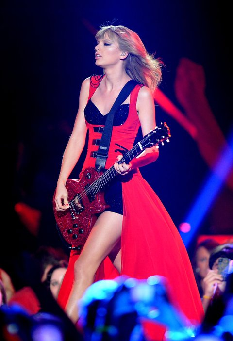 NASHVILLE, TN - JUNE 05: Taylor Swift performs onstage during the 2013 CMT Music awards at the Bridgestone Arena on June 5, 2013 in Nashville, Tennessee. (Photo by Jason Merritt/Getty Images)