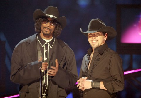 Jason Aldean and Snoop Dogg on stage during the 2008 CMT Music Awards at the Curb Events Center at Belmont University on April 14, 2008 in Nashville, Tennessee. (Photo by Jeff Kravitz/FilmMagic)