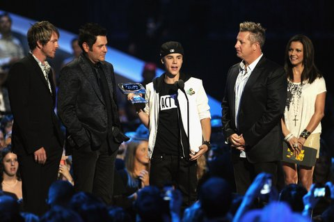 (L-R) Musicians Joe Don Rooney, Jay DeMarcus, Justin Bieber, Gary LeVox, and Martina McBride on stage at the 2011 CMT Music Awards at the Bridgestone Arena on June 8, 2011 in Nashville, Tennessee. (Photo by Mike Coppola/WireImage)