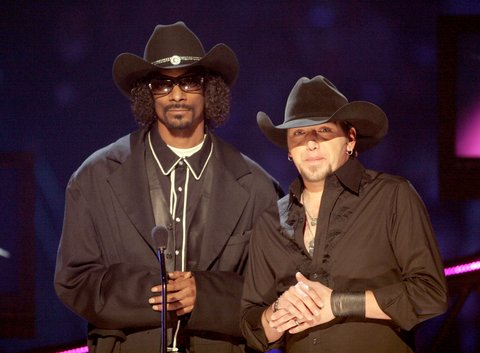 Jason Aldean and Snoop Dogg on stage during the 2008 CMT Music Awards at the Curb Events Center at Belmont University on April 14, 2008 in Nashville, Tennessee.