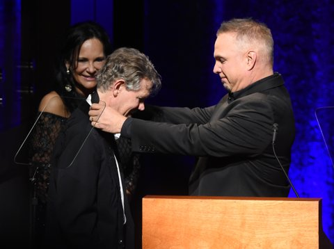 NASHVILLE, TN - OCTOBER 16:  Garth Brooks (R) honors Randy Travis (C) with medallion during the 2016 Medallion Ceremony at Country Music Hall of Fame and Museum on October 16, 2016 in Nashville, Tennessee.  (Photo by Rick Diamond/Getty Images for Country Music Hall of Fame & Museum)