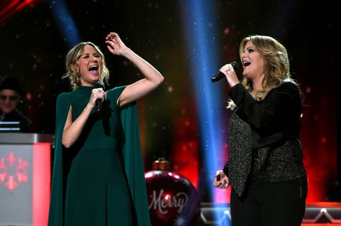 NASHVILLE, TN - NOVEMBER 08:  Singer-songwriters Jennifer Nettles (L) and Trisha Yearwood (R) perform on stage during the CMA 2016 Country Christmas on November 8, 2016 in Nashville, Tennessee.  (Photo by Rick Diamond/Getty Images)