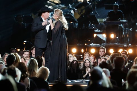 NASHVILLE, TN - NOVEMBER 02:  Garth Brooks and Trisha Yearwood perform onstage during the 50th annual CMA Awards at the Bridgestone Arena on November 2, 2016 in Nashville, Tennessee.  (Photo by Taylor Hill/Getty Images)