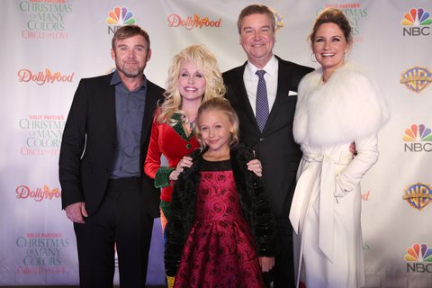 DOLLY PARTON'S CHRISTMAS OF MANY COLORS: CIRCLE OF LOVE -- Dollywood Premiere -- Pictured: (l-r) Ricky Schroder, Dolly Parton, Executive Producer, Alyvia Alyn Lind, Sam Haskell, Executive Producer, Jennifer Nettles -- (Photo by: Annette Brown/NBC/NBCU Photo Bank via Getty Images)