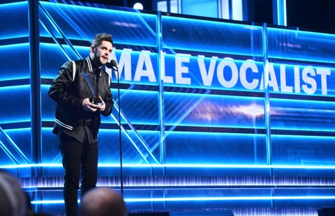 LAS VEGAS, NV - APRIL 02:  Recording artist Thomas Rhett accepts the Male Vocalist of the Year award onstage during the 52nd Academy Of Country Music Awards at T-Mobile Arena on April 2, 2017 in Las Vegas, Nevada.  (Photo by Kevin Mazur/ACMA2017/Getty Images for ACM)