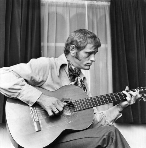 24th July 1970:  American country guitarist, composer and country-pop singer Jerry Reed (Jerry Reid), author of the novelty hit 'Rockin' In Baghdad'.  (Photo by Doug McKenzie/Getty Images)