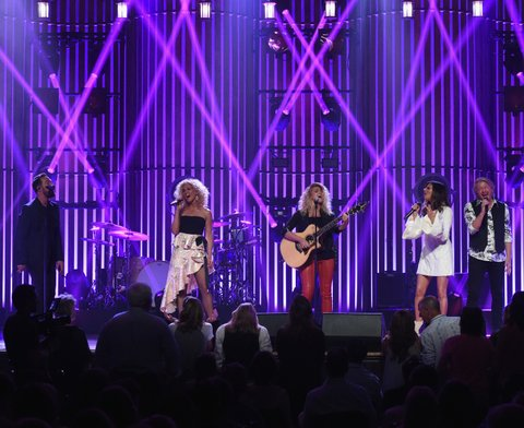 NASHVILLE, TN - MAY 19:  Little Big Town At The Mother Church - Surprise guest Tori Kelly (center) joins Jimi Westbrook, Kimberly Schlapman, Karen Fairchild and Phillip Sweet on stage at the Ryman Auditorium on May 19, 2017 in Nashville, Tennessee. Little Big Town is performing as part of a residency to celebrate the Ryman's 125th Anniversary.  (Photo by Rick Diamond/Getty Images)