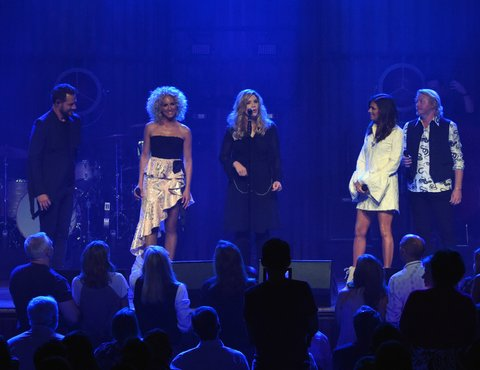 NASHVILLE, TN - MAY 19:  Little Big Town At The Mother Church - Surprise guest Alison Krauss (center) joins Jimi Westbrook, Kimberly Schlapman, Karen Fairchild and Phillip Sweet on stage at the Ryman Auditorium on May 19, 2017 in Nashville, Tennessee. Little Big Town is performing as part of a residency to celebrate the Ryman's 125th Anniversary.  (Photo by Rick Diamond/Getty Images)