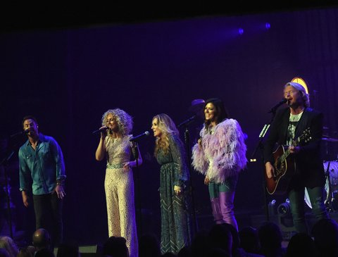 NASHVILLE, TN - MAY 20:  Little Big Town At The Mother Church - Special Guest Lee Ann Womack (center) joins  Jimi Westbrook, Kimberly Schlapman, Karen Fairchild and Phillip Sweet on stage at the Ryman Auditorium on May 20, 2017 in Nashville, Tennessee. Little Big Town is performing as part of a residency to celebrate the Ryman's 125th Anniversary.  (Photo by Rick Diamond/Getty Images)
