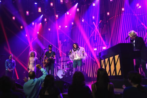 NASHVILLE, TN - MAY 20:  Little Big Town At The Mother Church - Special Guest Luke Bryan (center) joins  Jimi Westbrook, Kimberly Schlapman, Karen Fairchild and Phillip Sweet on stage at the Ryman Auditorium on May 20, 2017 in Nashville, Tennessee. Little Big Town is performing as part of a residency to celebrate the Ryman's 125th Anniversary.  (Photo by Rick Diamond/Getty Images)