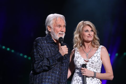 NASHVILLE, TN - JUNE 08:  (EDITORIAL USE ONLY)  Singer-songwriter Kenny Rogers and Linda Davis perform during day 1 of the 2017 CMA Music Festival on June 8, 2017 in Nashville, Tennessee.  (Photo by Terry Wyatt/WireImage)