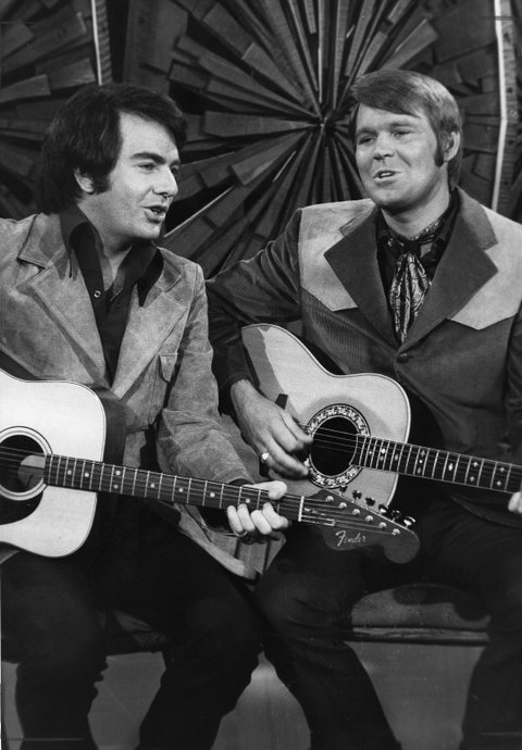 CIRCA 1975: Singer Neil Diamond jams with singer Glen Campbell in circa 1975. (Photo by Michael Ochs Archives/Getty Images)