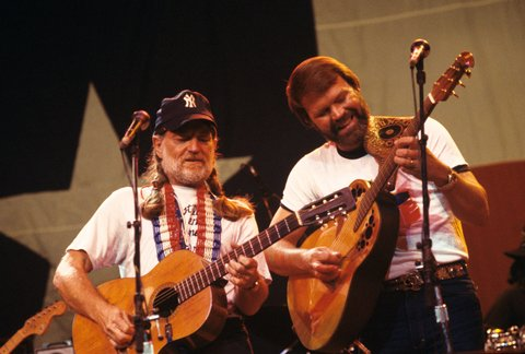UNITED STATES - MAY 27:  RADIO CITY MUSIC HALL  Photo of Willie NELSON and Glen CAMPBELL, Willie Nelson and Glen Campbell performing on stage  (Photo by Ebet Roberts/Redferns)