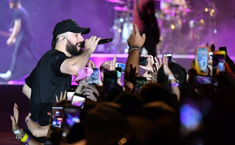 LAS VEGAS, NV - SEPTEMBER 30:  Recording artist Sam Hunt performs during the Route 91 Harvest country music festival at the Las Vegas Village on September 30, 2017 in Las Vegas, Nevada.  (Photo by Mindy Small/FilmMagic)
