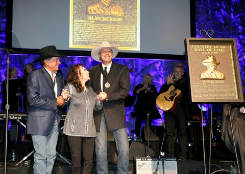 NASHVILLE, TN - OCTOBER 22:  (L-R) Musicians George Strait, Loretta Lynn and Alan Jackson onstage at the Country Music Hall of Fame and Museum Medallion Ceremony to celebrate 2017 hall of fame inductees Alan Jackson, Jerry Reed And Don Schlitz at Country Music Hall of Fame and Museum on October 22, 2017 in Nashville, Tennessee.  (Photo by Terry Wyatt/Getty Images for Country Music Hall Of Fame & Museum)