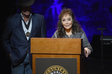 NASHVILLE, TN - OCTOBER 22:  Singer-songwriter Loretta Lynn speaks onstage at the Country Music Hall of Fame and Museum Medallion Ceremony to celebrate 2017 hall of fame inductees Alan Jackson, Jerry Reed And Don Schlitz at Country Music Hall of Fame and Museum on October 22, 2017 in Nashville, Tennessee.  (Photo by Rick Diamond/Getty Images for Country Music Hall Of Fame & Museum)