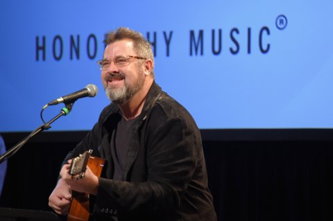 NEW YORK, NY - FEBRUARY 13:  Musician Vince Gill performs onstage at the Country Music Hall of Fame and Museum's 'All for the Hall' Benefit on February 12, 2018 in New York City.  (Photo by Michael Loccisano/Getty Images for Country Music Hall Of Fame)