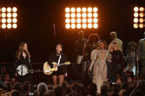 NASHVILLE, TN - NOVEMBER 02:  Beyonce (2nd R) performs onstage with Emily Robison, Natalie Maines, and Martie Maguire of Dixie Chicks at the 50th annual CMA Awards at the Bridgestone Arena on November 2, 2016 in Nashville, Tennessee.  (Photo by Rick Diamond/Getty Images)