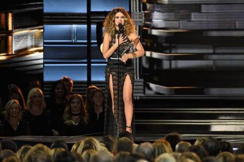 NASHVILLE, TN - NOVEMBER 02:  Maren Morris accepts the New Artist of the Year award onstage at the 50th annual CMA Awards at the Bridgestone Arena on November 2, 2016 in Nashville, Tennessee.  (Photo by Gustavo Caballero/Getty Images)