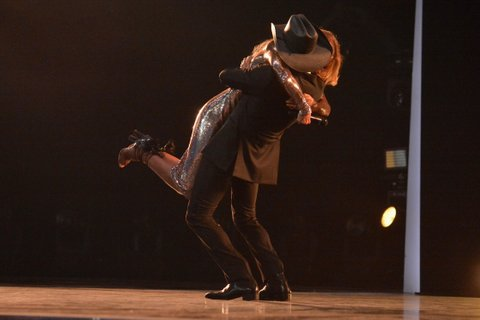 LAS VEGAS, NV - APRIL 02:  Singers Faith Hill (L) and Tim McGraw perform onstage at the 52nd Academy Of Country Music Awards at T-Mobile Arena on April 2, 2017 in Las Vegas, Nevada.  (Photo by Jeff Kravitz/ACMA2017/FilmMagic for ACM)