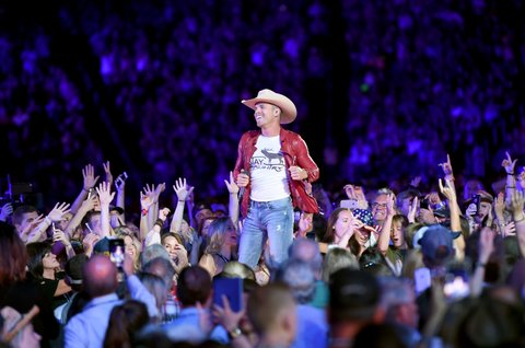 NASHVILLE, TN - JUNE 09:  (EDITORIAL USE ONLY) Dustin Lynch performs on stage for day 2 of the 2017 CMA Music Festival on June 9, 2017 in Nashville, Tennessee.  (Photo by John Shearer/WireImage)