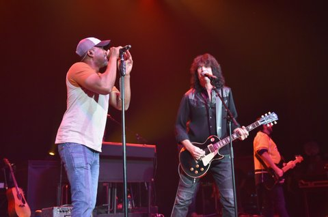 NASHVILLE, TN - JUNE 05:  Musicians Darius Rucker (L) and Tommy Thayer (R) perform onstage during the 8th annual Darius & Friends concert to benefit St. Jude's Children's Research Hospital held at the Ryman Auditorium on June 5, 2017 in Nashville, Tennessee.  (Photo by John Shearer/Getty Images)