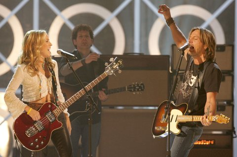 LAS VEGAS - DECEMBER 8:  Musicians Sheryl Crow (L) and Keith Urban perform onstage during the 2004 Billboard Music Awards at the MGM Grand Arena on December 8, 2004 in Las Vegas, Nevada. (Photo by Kevin Winter/GettyImages)