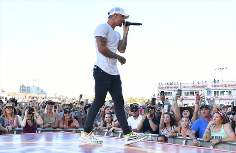 LAS VEGAS, NV - OCTOBER 01:  Recording artist Kane Brown performs during the Route 91 Harvest country music festival at the Las Vegas Village on October 1, 2017 in Las Vegas, Nevada.  (Photo by Mindy Small/FilmMagic)