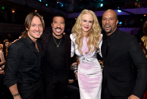 NASHVILLE, TN - OCTOBER 18:  (L-R) Honoree Keith Urban, singer-songwriter Lionel Richie, actress Nicole Kidman and singer-songwriter Common take photos at the 2017 CMT Artists Of The Year on October 18, 2017 in Nashville, Tennessee.  (Photo by John Shearer/Getty Images for CMT)