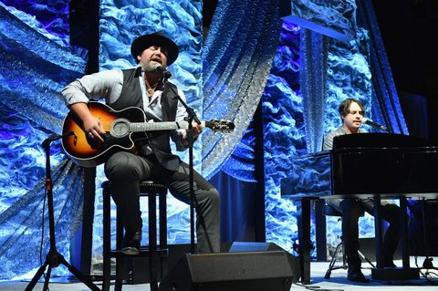 NASHVILLE, TN - NOVEMBER 05:  Singer-songwriter Lee Brice performs onstage during the 2017 SESAC Nashville Music Awards on November 5, 2017 in Nashville, Tennessee.  (Photo by Jason Davis/Getty Images for SESAC)