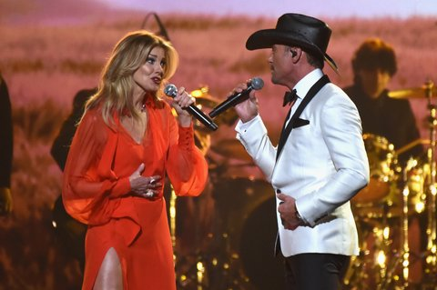 NASHVILLE, TN - NOVEMBER 08:  Faith Hill and Tim McGraw perform onstage at the 51st annual CMA Awards at the Bridgestone Arena on November 8, 2017 in Nashville, Tennessee.  (Photo by Rick Diamond/Getty Images)