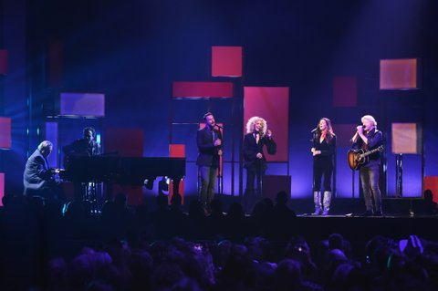 NASHVILLE, TN - NOVEMBER 08:  Singer-songwriter Jimmy Webb and Jimi Westbrook, Kimberly Schlapman, Karen Fairchild and Philip Sweet of Little Big Town performs onstage at the 51st annual CMA Awards at the Bridgestone Arena on November 8, 2017 in Nashville, Tennessee.  (Photo by Rick Diamond/Getty Images)