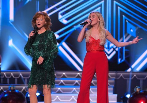 NASHVILLE, TN - NOVEMBER 14:  Recording artists Reba McEntire and Kelsea Ballerini perform during CMA 2017 Country Christmas at The Grand Ole Opry on November 14, 2017 in Nashville, Tennessee.  (Photo by Mickey Bernal/FilmMagic)