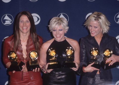 23rd February 2000:  American Country group the Dixie Chicks, (L-R:) Emily Robinson, Natalie Meines and Martie Seidel, hold their Grammy awards, won for Best Country Album and Best Country Performance with Vocals by a Duo or Group, Staples Center, Los Angeles, California.  (Photo by Paul Skipper/Fotos International/Getty Images)